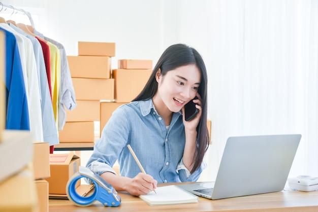 노트북 컴퓨터에서 일하고 앉아 여성 시작 중소 기업 소유자