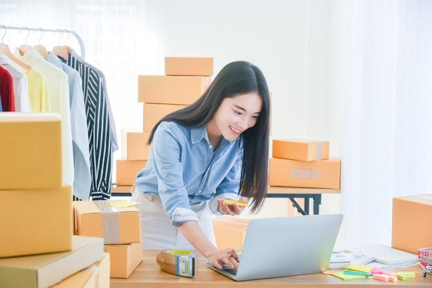 사무실에서 노트북 컴퓨터를 사용하는 여성 시작 소기업 소유자
