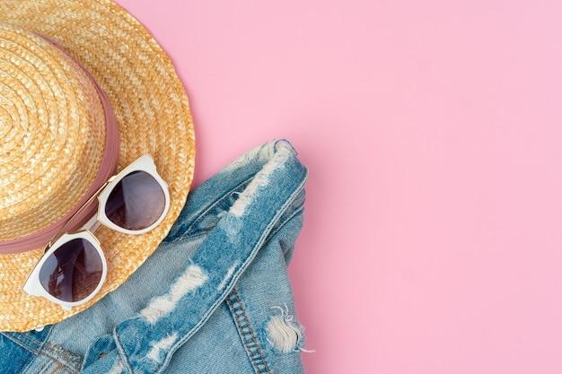 Женская соломенная шляпа и солнцезащитные очки для пляжного отдыха, вид сверху