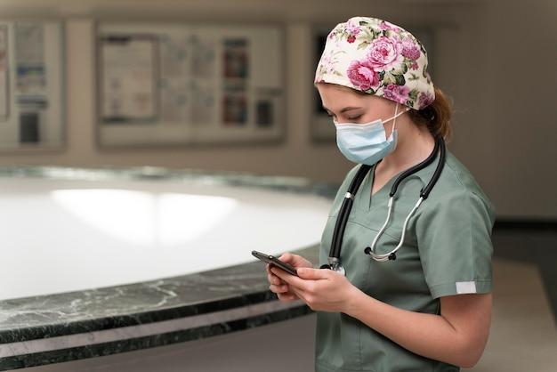 의료 마스크를 쓰고 의학에서 여학생