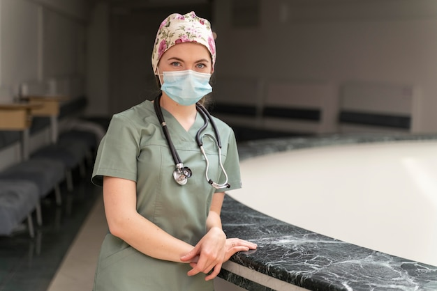 Студентка медицины в медицинской маске