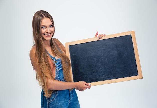 Студентка держит пустую доску