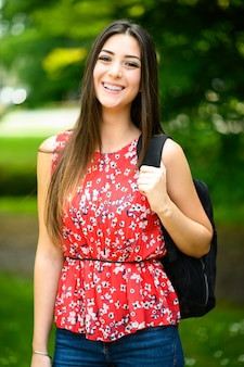 公園で野外を歩いていると笑顔の女子学生