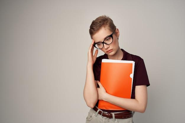赤いシャツの古典的なスタイルの孤立した背景の女子学生