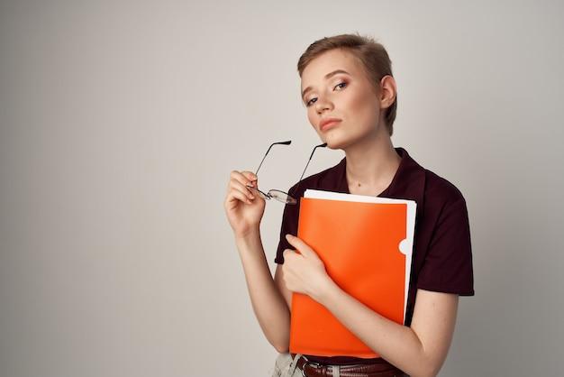 赤いシャツの古典的なスタイルの明るい背景の女子学生