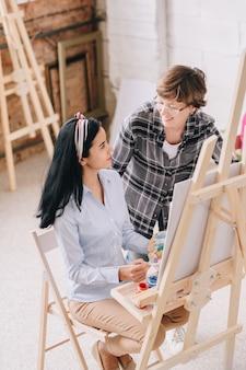 Студентка в художественном классе