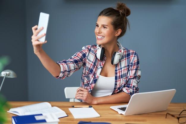 여자 학생 집에서 학습 및 selfie 복용