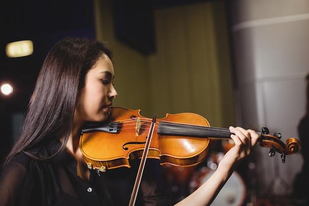 여자 학생 연주 바이올린