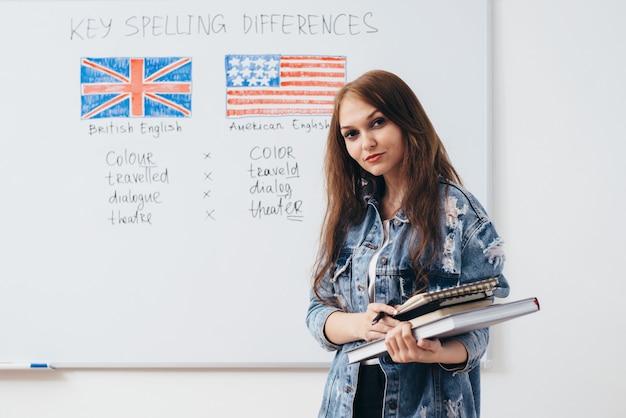 영어 학교에서 포즈를 취하는 여성 학생.