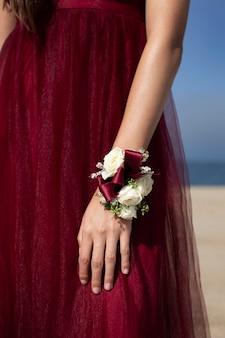 빨간 드레스를 입고 무도회를 준비하는 여학생