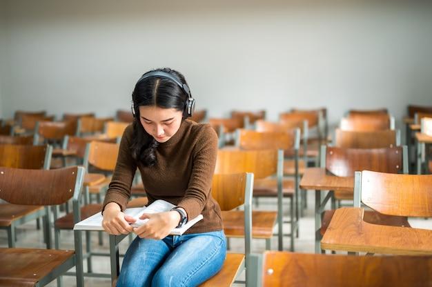 Студентка учится в аудиториях в университете