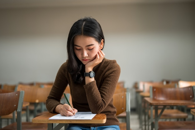 女子学生が大学でテストを受ける