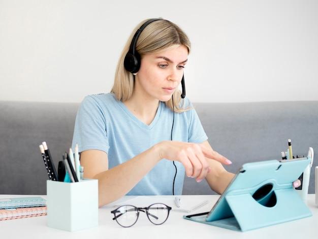 Студентка с помощью цифрового планшета