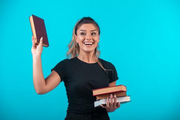 本の在庫を持つ女子学生。