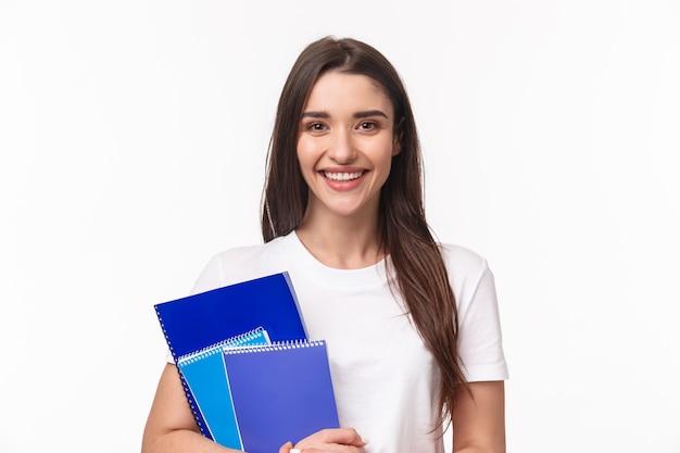 Studentessa con libri e scartoffie