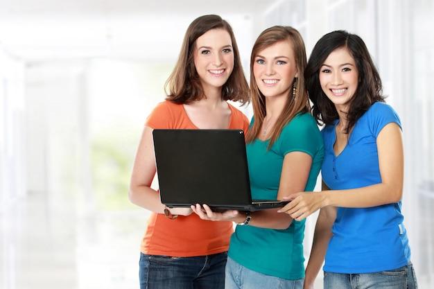 ノートパソコンで一緒に学ぶ女子学生
