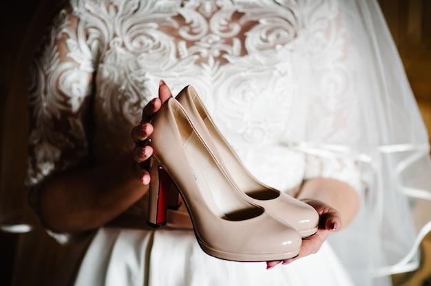 Женские стильные классические лаковые бежевые туфли