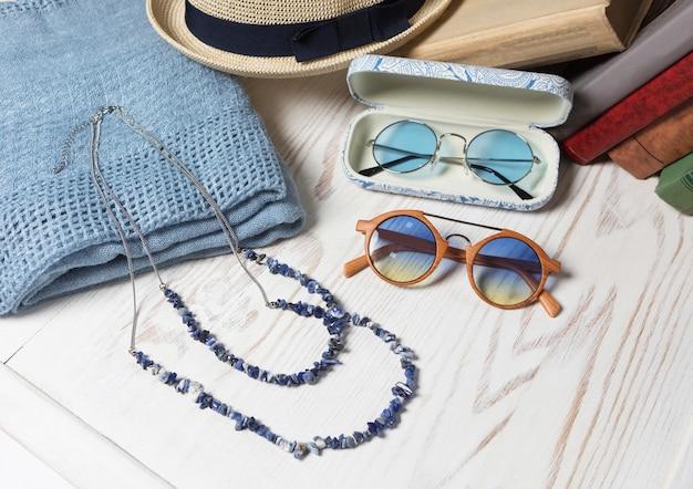 女性のサングラスの帽子とネックレスのクローズアップ