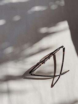 흐린 된 햇빛 그림자와 흰색 배경에 여성 선글라스