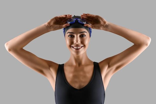 회색에 여자 수영