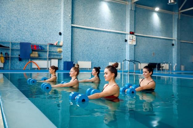 Группа пловцов, аквааэробика в бассейне