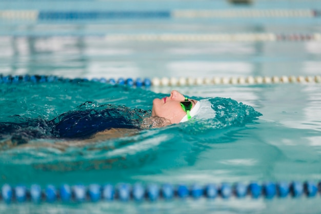 背中に泳ぐ女性をクローズアップ
