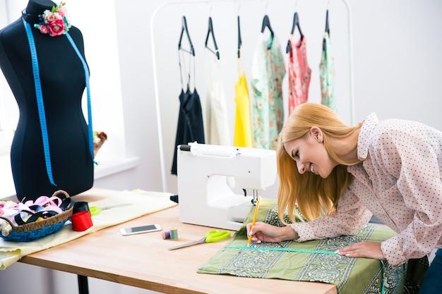 ワークショップでの女性の仕立て縫い