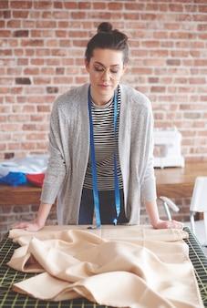 Женский портной, работающий за своим столом