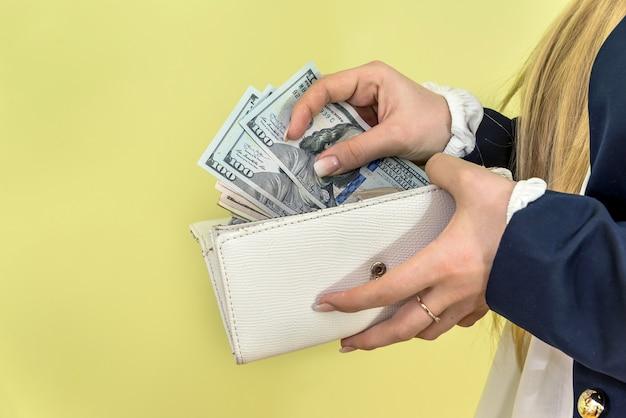 女性は財布からドルを取り出します