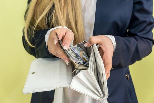 여성 지갑에서 달러를 꺼내