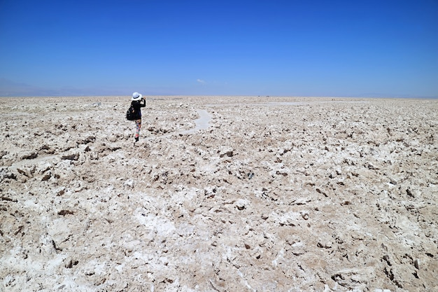 Salar deatacamaの風景の写真を撮る女性