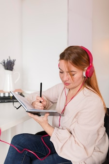 Учительница дома проводит онлайн-класс