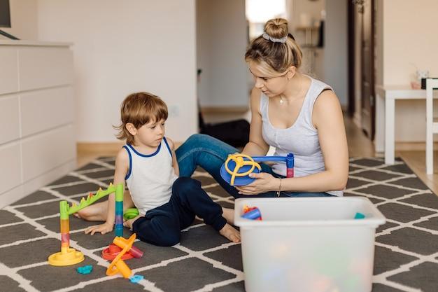 女教師が3歳児と個別授業を行っています。幼い頃からの開発と教育の概念。
