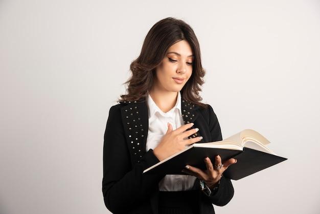 Insegnante femminile che esamina il suo programma.