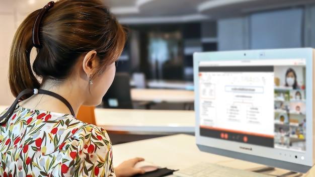 회의 프로그램과 온라인 교육 학생들을 위해 컴퓨터를 사용하는 여성 교사