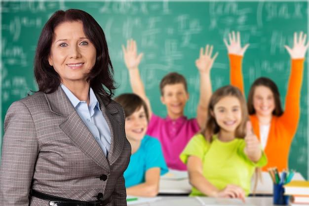 Учительница с детьми в классе на фоне