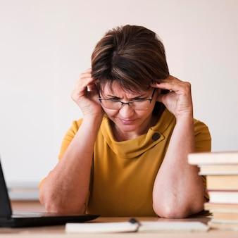 ノートパソコンのクローズアップと女教師