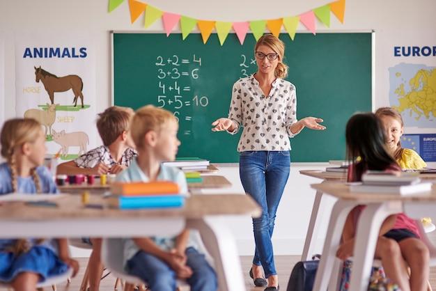 教室に生徒を持つ女教師