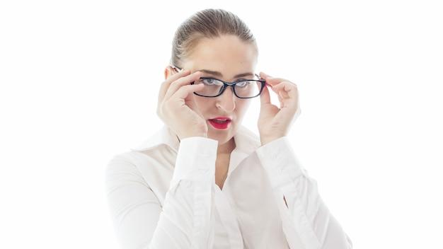 眼鏡を調整する赤い口紅を持つ女教師。