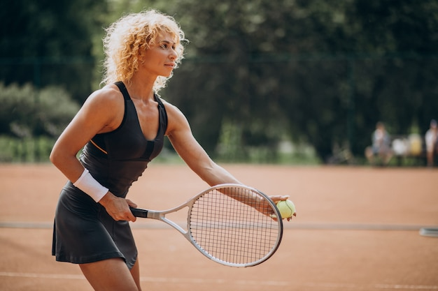 Теннисистка на теннисном корте