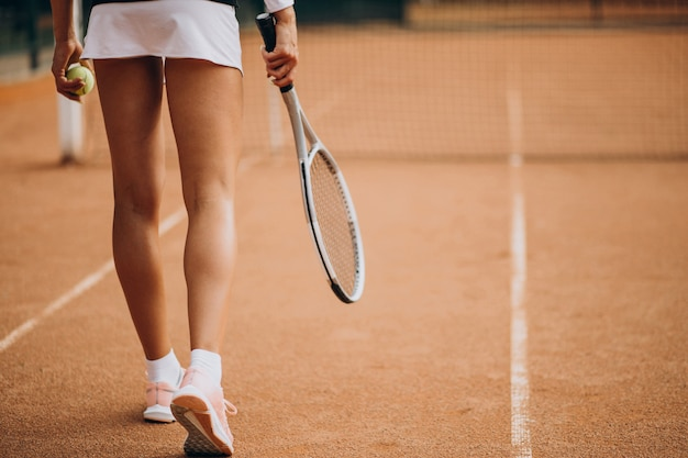 テニスコートでの女性のテニス選手