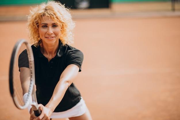 테니스 코트에서 여자 테니스 선수