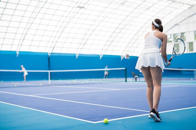 裁判所の女性のテニス選手
