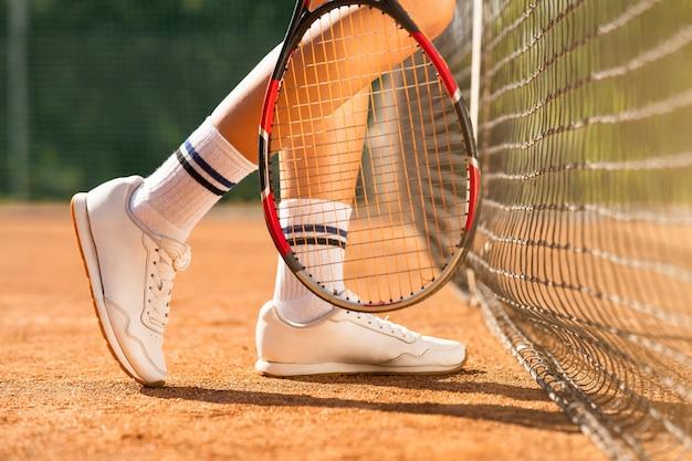 ネット近くの女子テニス選手の足