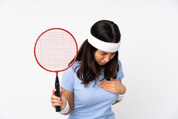 아래를 내려다 보면서 여자 테니스 선수