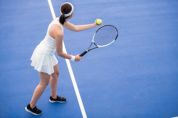 ボールを提供する女子テニス選手