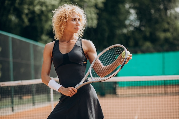 Female tennis player at the tennis court