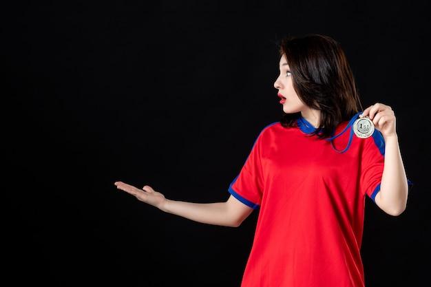 블랙에 금메달을 가진 여자 테니스 선수 프리미엄 사진