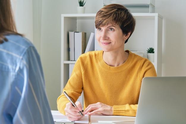 Женщина-терапевт смотрит на пациента и разговаривает отмечает, консультация по проблеме психического здоровья