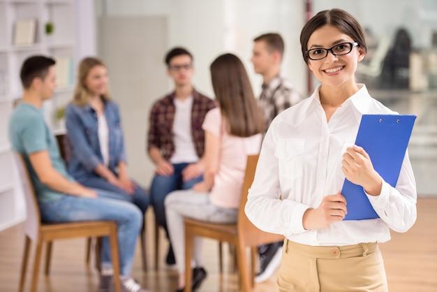 グループセラピーのセッションで女性セラピスト